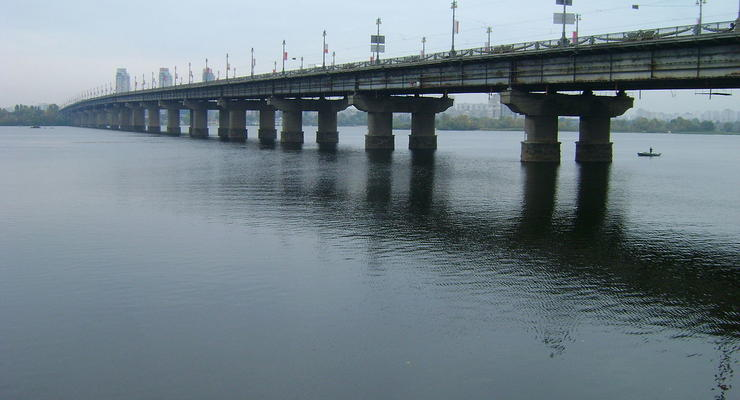 На мосту Патона снова прорвало трубу