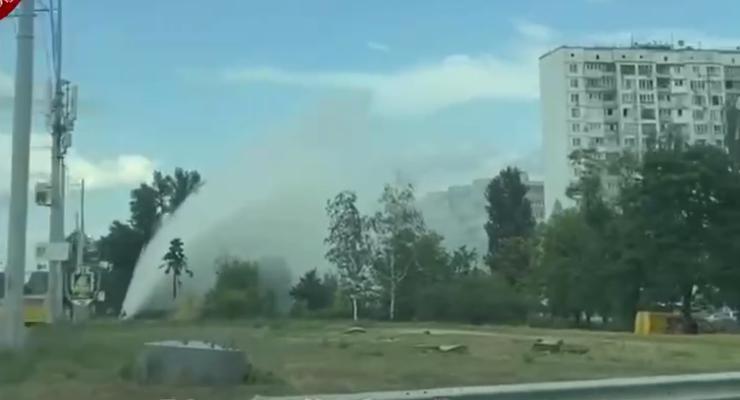Второй за день: В Киеве образовался гейзер из-за лопнувшей трубы