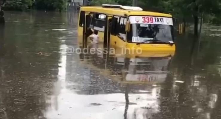 """В Одессе пассажирам пришлось """"выплывать"""" из затопленного автобуса"""
