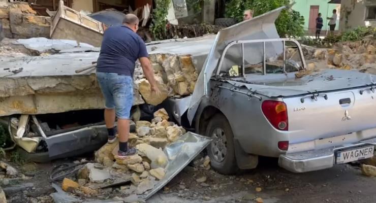 В Одессе из-за ливня упала стена здания, раздавив 4 машины