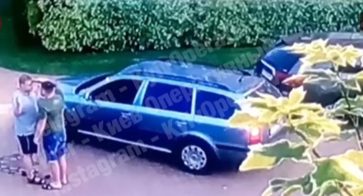В Киеве водитель угрожал пистолетом другому мужчине из-за парковки
