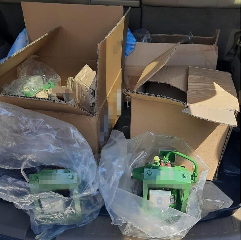 Фото запчастей, найденных в автомобиле во время перевозки / СБУ