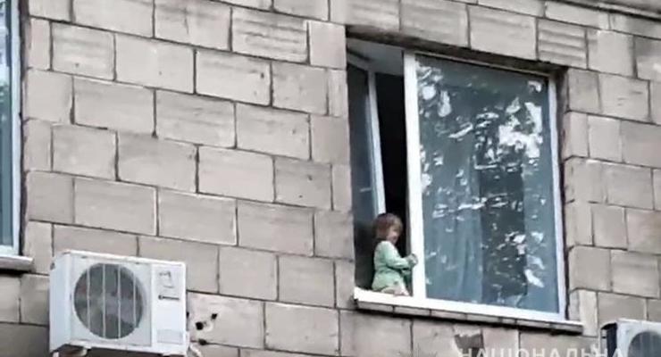 В Запорожье нацгвардейцы спасли девочку, чуть не выпавшую из окна