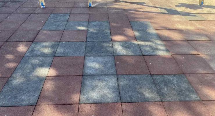 В Кременчуге тротуарную плитку уложили в виде свастики