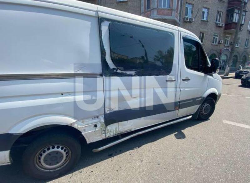 В Киеве курьер на мотоцикле въехал в микроавтобус / unn.com.ua