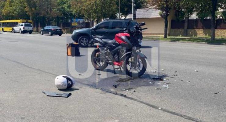 В Киеве курьер на мотоцикле въехал в микроавтобус