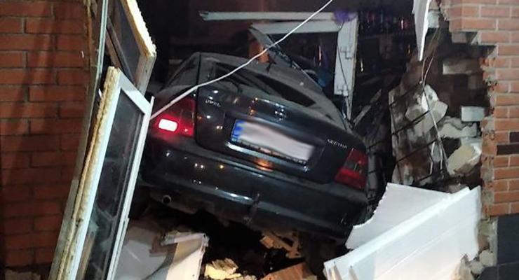 В Бердичеве пьяный водитель заснул за рулем и влетел в магазин