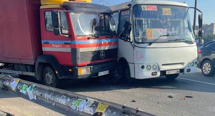 В Киеве грузовик врезался в маршрутку