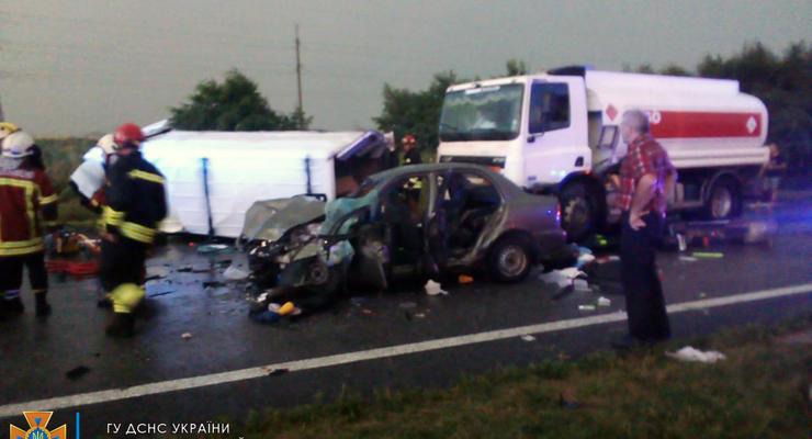 Смертельное ДТП под Днепром: Столкнулись два авто, грузовик и автобус