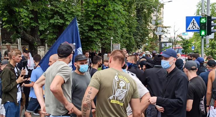 Под Офисом президента ЛГБТ-активисты подрались с националистами