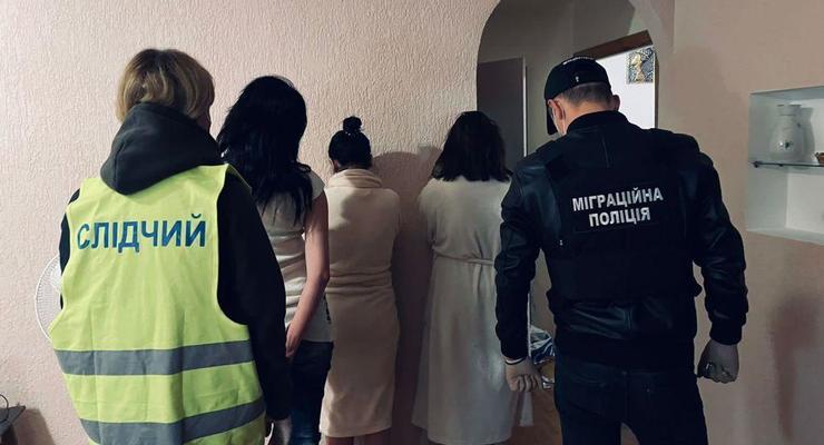 В Киеве и Днепре задержаны сутенеры, втянувшие в проституцию 60 девушек