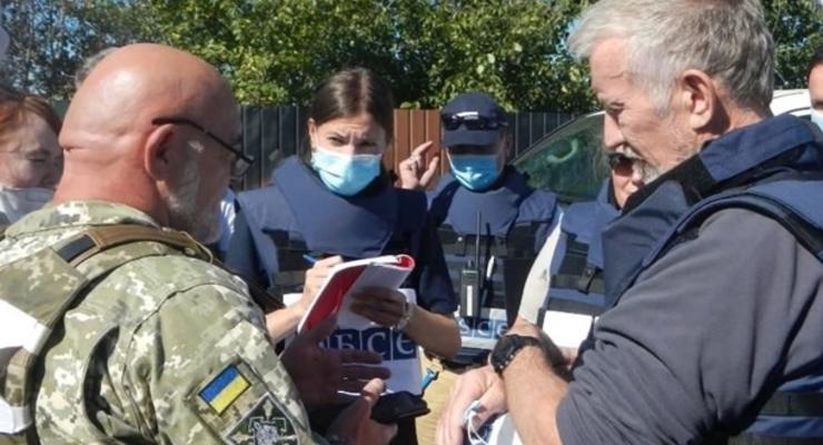 Обострение в ООС: делегаты ОБСЕ приехали на КПВВ Золотое