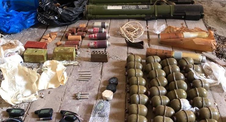 На Закарпатье нашли тайник со взрывчаткой и гранатами