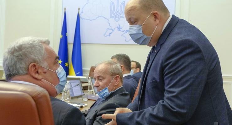 Кабмин предложил не пускать на работу чиновников без прививки