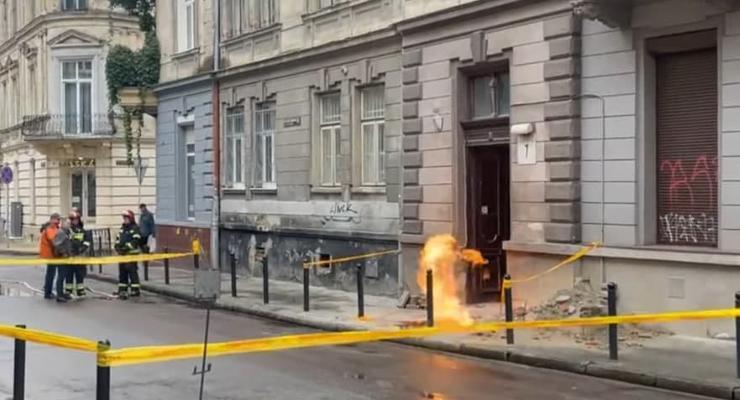 Огонь бьет из-под земли: В центре Львова горит газовая труба