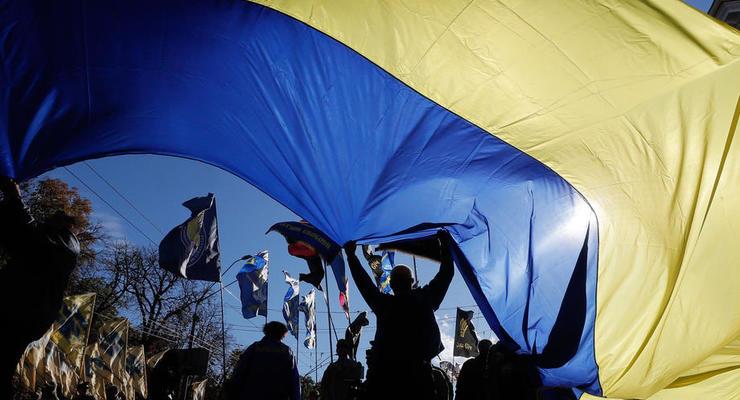 В Каменском 15-летняя школьница подожгла флаг Украины