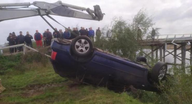 Под Ровно легковушка слетела с моста в реку: Водитель погиб
