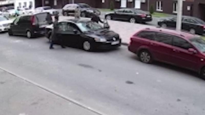 В Софиевской Борщаговке расстреляли автомобиль с семьей / Скрин видео с камер наблюдения