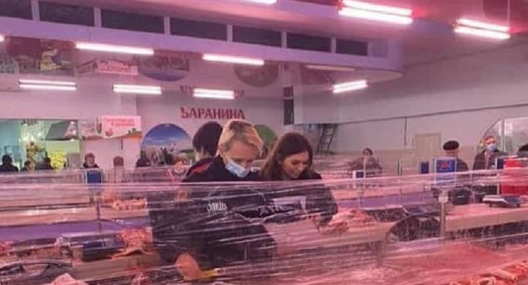 В Черноморске на рынке продавец мяса напала на коллегу с ножом