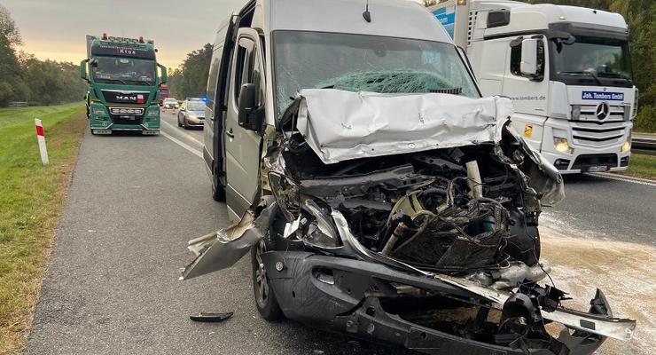 В Польше автобус с украинцами влетел в грузовик: Четверо пострадавших